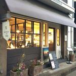 カフェ バーンホーフ - 店舗外観。コーヒーの選別作業などが見られる。