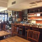 カフェ バーンホーフ - 店内風景。コーヒー色ベースの落ち着いた雰囲気。