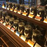 カフェ バーンホーフ - 色んなコーヒー豆が並んでいる。見るだけでも楽しい。