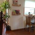 餃子の花家 - カウンター席、テーブル席ございます。