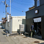 麺や 一晃亭 - 奥に『寺泊 魚のアメ横』が見えます(2016年3月)