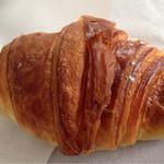 49309636 - クロワッサンは口に入れるとバターの香りが広がります。、
