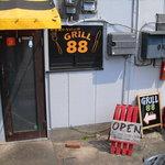 GRILL 88 - 店舗裏 駐車場からも入れます