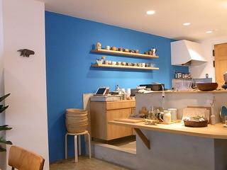 イマソラ珈琲 - 明るいブルーの壁が印象的