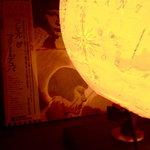シャノアール - シャンソンのレコードと光る地球儀。