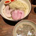 麺や輝 - つけ麺☆煮たまご チャーシューつけ麺でも2切れ まずまずの厚みのがノーマル盛りでも食べれる 煮たまごまずまず味も入りスープと一緒に食べるとイイ感じ