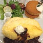 49330437 - スフレオムレツ&パンケーキプレート ビーフとマッシュルームのデミグラスソース