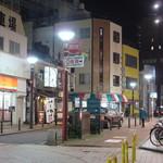 まるららーめん - まるら前の通り、今は渋谷の店となってしまった「唐そば」の黄色い店舗はそのまま