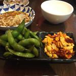 49335305 - 2016年4月。枝豆の浅漬け290円(塩味が濃い)と麻辣ピーナッツ200円。