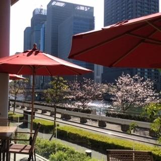 堂島川を望む開放感抜群のテラス席