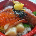 道の駅魚グループ - 料理写真:海鮮丼700円(税込) マグロ・ホタテ・イクラ・エビの内容。ご飯は小盛程度。持ち帰り用のパック詰め。まぐろは漬けではなく、醤油だれにサッとくぐらせてあるだけ。お米にも醤油だれが。