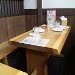 窯焼ピザ 俺家 - テーブル席