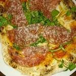 49351524 - クレソンとイタリアンサラミのピザ