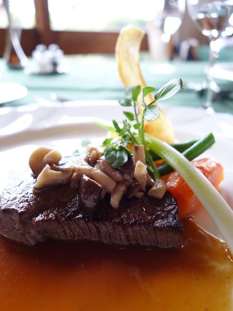 メインダイニングルーム 三笠 - 国産牛フィレ肉のステーキ、茸を添えて、マデラソース、アップ写真!