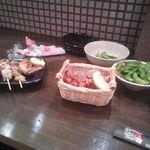 鳥王 - 料理写真:串焼き、軟骨の唐揚げ、枝豆