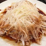香巷菜 松楽 - 蒸し鶏の熱油かけ、最高に旨し!ネギもたっぷり。