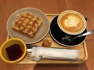ビー ア グッド ネイバー コーヒー キオスク 六本木 - モーニングセット500円 ワッフルとカフェラテ