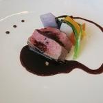 49361947 - オーストラリア産牛ロース肉のロティ 赤味噌ソースと千葉県産の野菜を添えて(仕上げ後)