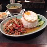 タイの食卓 オールドタイランド - ランチタイムの一品の春巻きとかスープもいちいちうまいでっ!