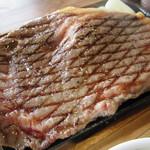べべんこ - 巨大なステーキですがあまり厚みは有りません…