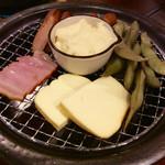 肉焼屋ワイン部 ジャストMEAT  - 自家製燻製盛り。中央のマッシュポテトが何気にうまい。(撮影する前に肉一切れが食べられた状態)