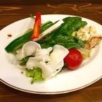 洋食 ふきのとう - トロトロオムライスハンバーグ(サラダ)