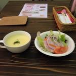 ハング ジュニア - おすすめ日替わりスープ+手作りハムと季節の野菜。
