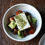 グリークサラダ - トマト、キュウリ、カラマタオリーブ、フェタチーズ -