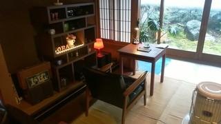 カフェ イル ヴェンティチェッロ - 中庭の見えるひとりテーブル席です。
