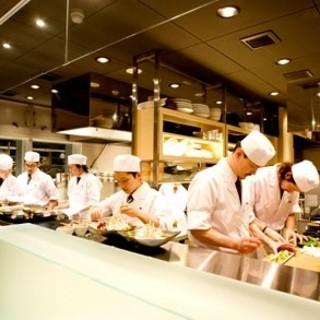 開放感あふれる店内に活気があるオープンキッチン