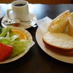 喫茶カラオケ明 - 料理写真:2016.04 モーニングサービスのBはサンドイッチ(コーヒー380円のみ)
