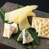 チーズ盛り合わせ(カマンベール・熟成ブルー・槲チーズ)