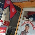 タージ マハル - ネパール国旗が風になびいてます。