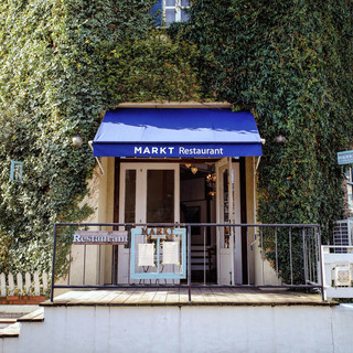 木の温もり溢れるアンティークレンガの一軒家レストラン