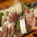やきとんひなた - 鰯刺し(380円)。サービスでしめ鯖と鰹も。(2015/9)