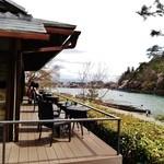 49402394 - 目の前に 保津川が流れ、嵐山の雄大な景色が眺められるテラス席~♪(^o^)丿