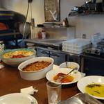 ダルブリガンテ - ☆カウンターには前菜が並んでいます☆