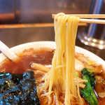青島食堂 - 細くて素直なストレート麺が、いかにも中華そばの風情。新潟の冷たい空気に、湯気が立ち上る
