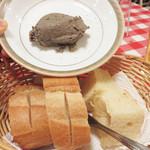 イタリア食堂 キャリー - お通しは、パンと鶏レバーペースト。