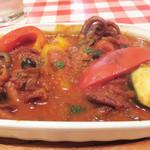 イタリア食堂 キャリー - 季節限定的なイイダコのトマト煮込み。タコやわらかーい♪ シチリアの暖かい味わいのワインがトマト煮込みに合います。