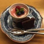 日本料理 花城 - 白胡麻のブランマンジェ桜のリキュールソース、ちょこけーき。(確か自家製って言ってた)       濃厚な胡麻に邪魔をしない桜の香り。ケーキも濃厚で甘党としては文句のつけようがない美味しさです。