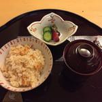 日本料理 花城 - 蓋を開けただけで桜海老の良い香りがします。香りは良いが、ほぼ塩見は感じず桜海老の風味で食べるご飯。       いつもなら食事の前に満腹で限界を迎えている私だが、この日はまだ余裕が。お代わりしました。