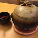 日本料理 花城 - お食事は一人分でも土鍋。お焦げが好きか聞いてくれて、適宜入れてよそってくれます。お代わりももう一杯分くらいある。