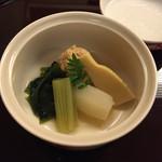 日本料理 花城 - 木の芽を叩いているのか、蓋を開けると良い香りが充満する。鯛の子であるが、助子のような花煮。       京蕗がクセがまったくなく食べやすい。