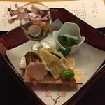 日本料理 花城 - 春野菜のお浸し。何の野菜か説明はなく、うるいのようなさっぱりした葉物。薄味。       ずわい蟹じゅれ、百合根桜花寄せ、竹の子山椒天麩羅、稚鮎味噌田楽、煮穴子小袖寿司、天豆蜜煮。       どれも柔らかな味付けで美味。