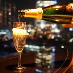 V2 TOKYO - V2はシャンパンメーカーヴーヴクリコとコラボしたお店ですので、ヴーヴクリコの全銘柄がお楽しみ頂けます。
