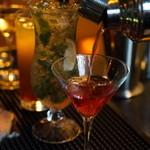 V2 TOKYO - レストランラウンジだからこそ種類豊富なお酒を揃えております。バーテンダーにお好みのカクテルをオーダーする事も可能。