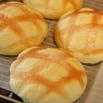 49411721 - 「焦がしメロンパン」バターを加熱して深いコクを出した一品♪¥120(税別)
