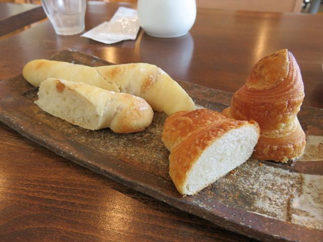トゥクトゥク  - パンは食べやすいようにカットしてある