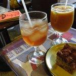 ぼーしや - 料理写真:奥からあんずジュース、ルバーブジュース、ルバーブのケーキ。